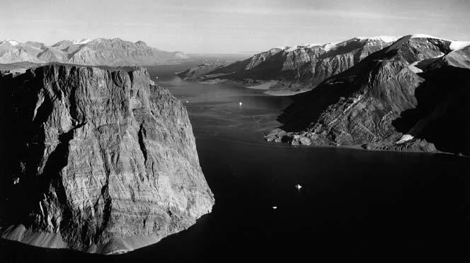 were built on Bass Rock in 1901 (see Bass Rock-husene). The Norwegian Floren expedition climbed to the summit in June 1909. (Bass Klippe.) Bass Rock-husene 74Ø (74 42.8 N 18 15.2 W).