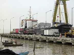 Figure 4. Caraguay Dock in the city of Guayaquil, where cargo ships destined for Galapagos are loaded.