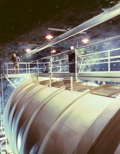 Homestake Mine Detector First attempt to detect Solar neutrinos began in the 1960s: Detector is a large tank containing 600 tons of C 2 Cl 4, situated at 1500m depth